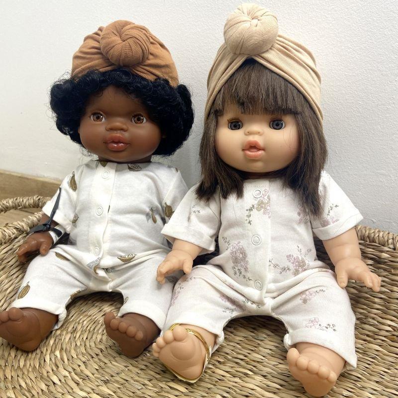 Poupée fille brune Chloé aux yeux dormeurs par Paola Reina sur deux poupées