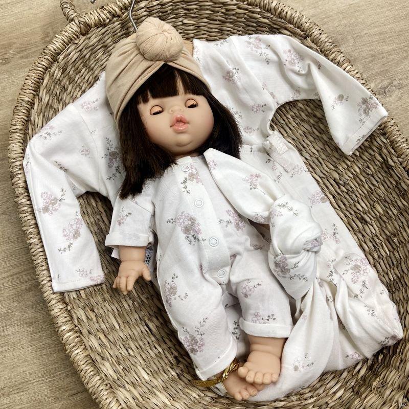 Poupée fille brune Chloé aux yeux dormeurs par Paola Reina sur poupée dans panier