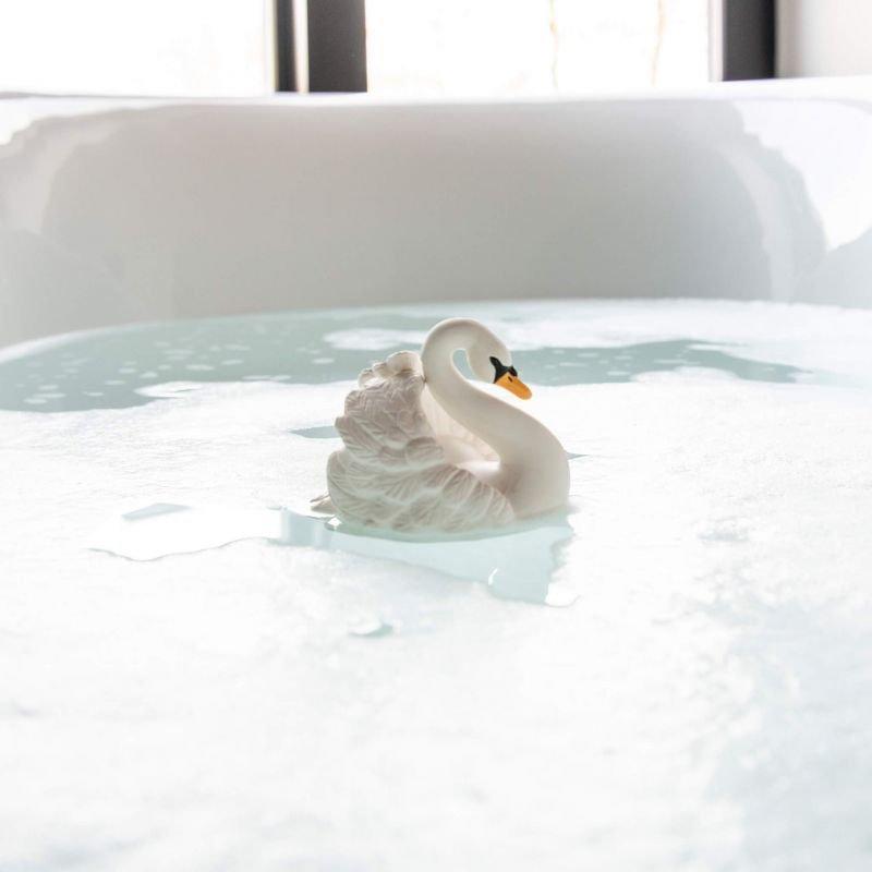 Jouet pour le bain | Cygne par Natruba dans un bain