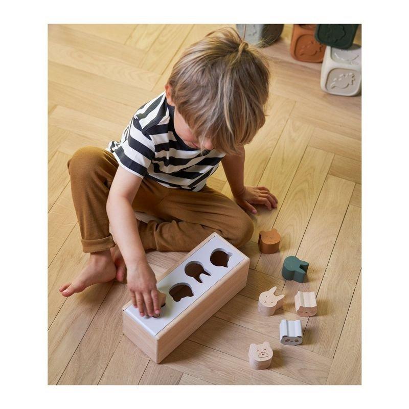Boite à formes en bois   Animaux par Liewood avec un enfant