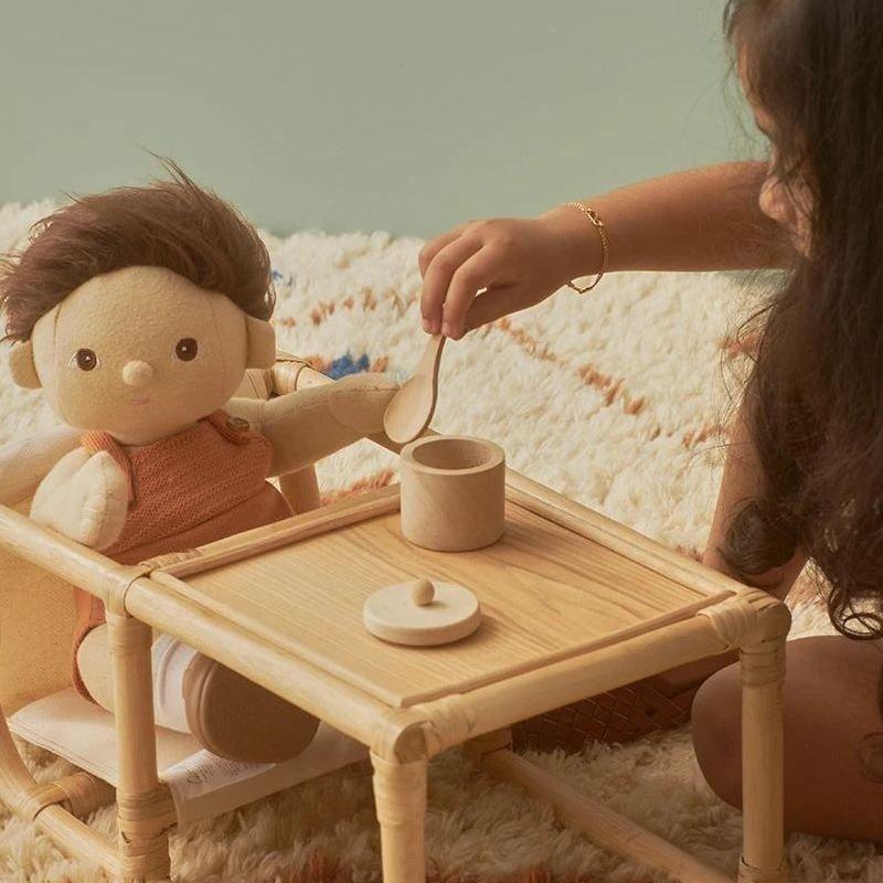 Set repas en bois pour poupée par Olli Ella avec un enfant