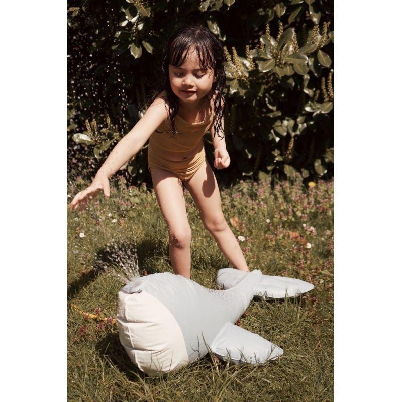 Arroseur Baleine par Konges Slojd avec une petite fille