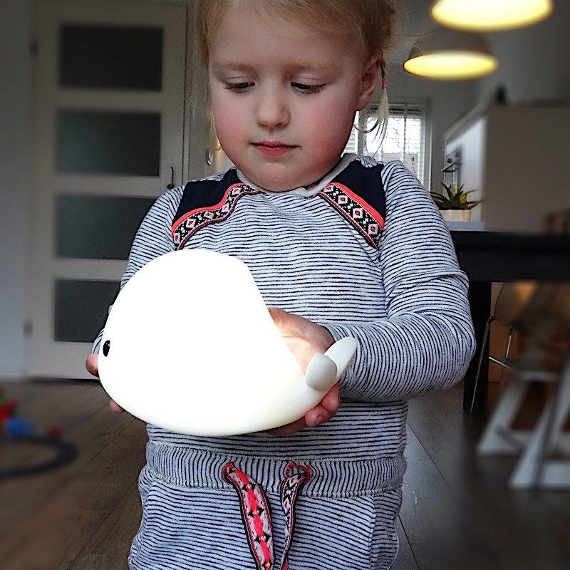 Petite veilleuse baleine LED souple allumée
