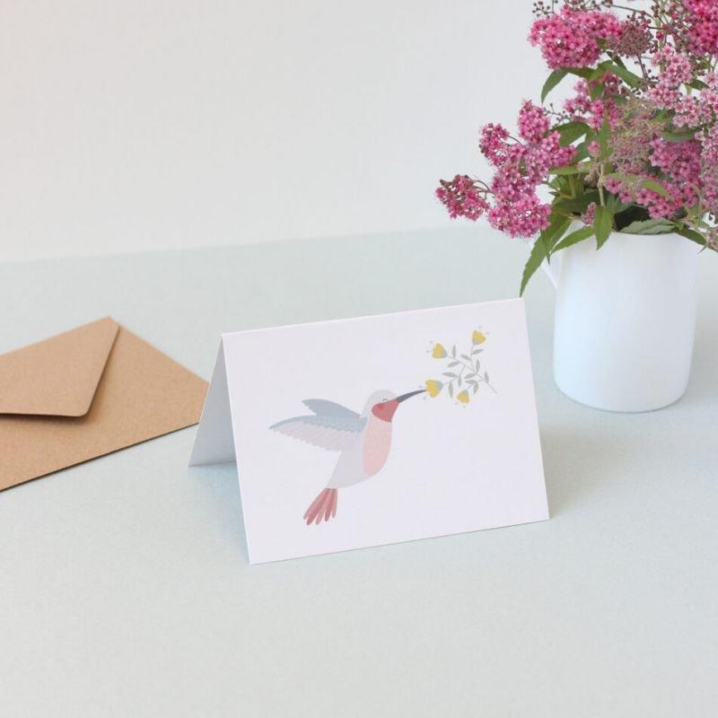 Carte double Colibri par Zü sur une table