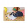 Fille qui dessine avec les crayons cailloux ergonomiques en cire