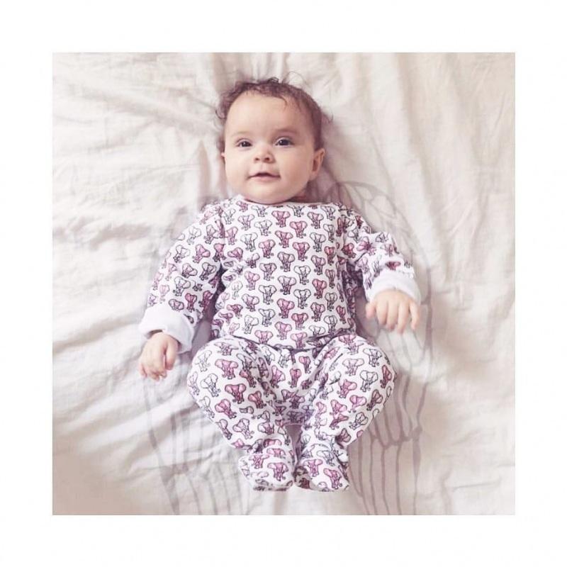 Pyjama imprimé éléphant rose par Brai porté par un enfant