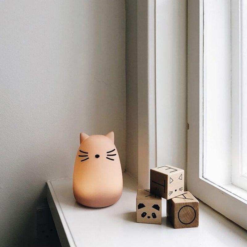 Veilleuse chat rose Liewood dans une chambre