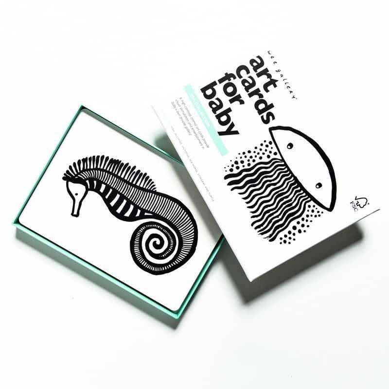 Imagiers de cartes pour bébé en noir et blanc de la mer Wee Gallery en détails