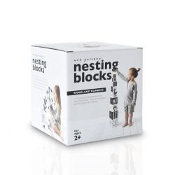 Cubes en cartons en noir et blanc