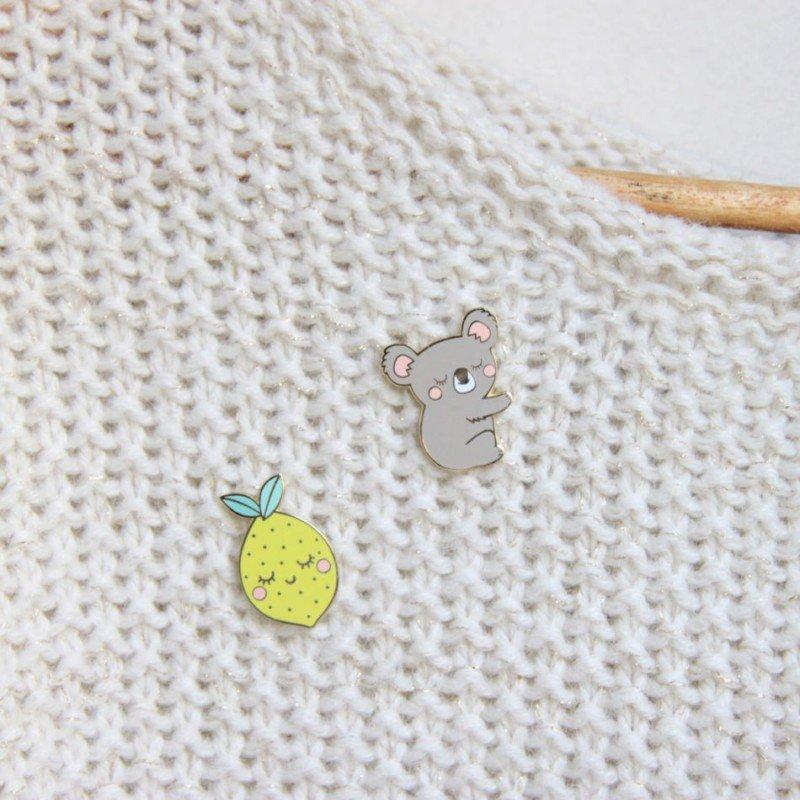 Pin's Koala par Zü accroché sur un vêtement