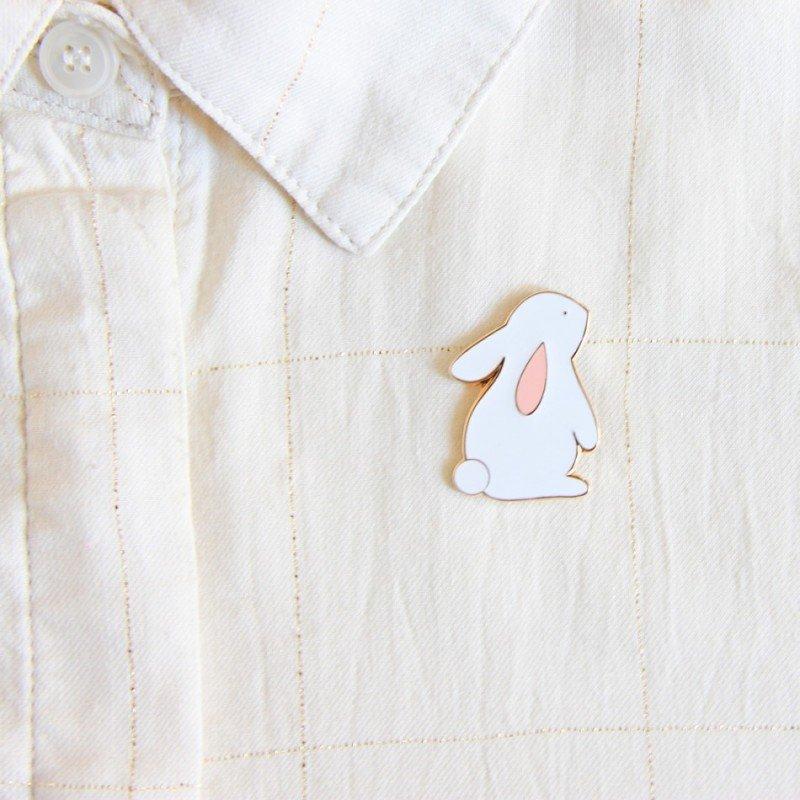 Pin's lapin par Zü sur un vêtement