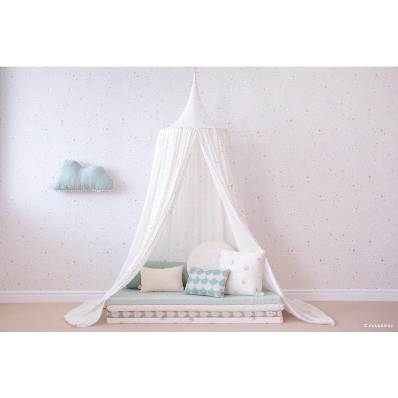Coussin nuage vert d'eau Nobodinoz dans une chambre