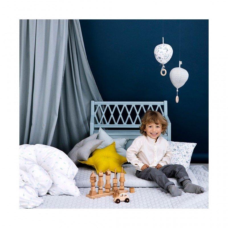 Ciel de lit vert CamCam Copenhagen dans une chambre d'enfant