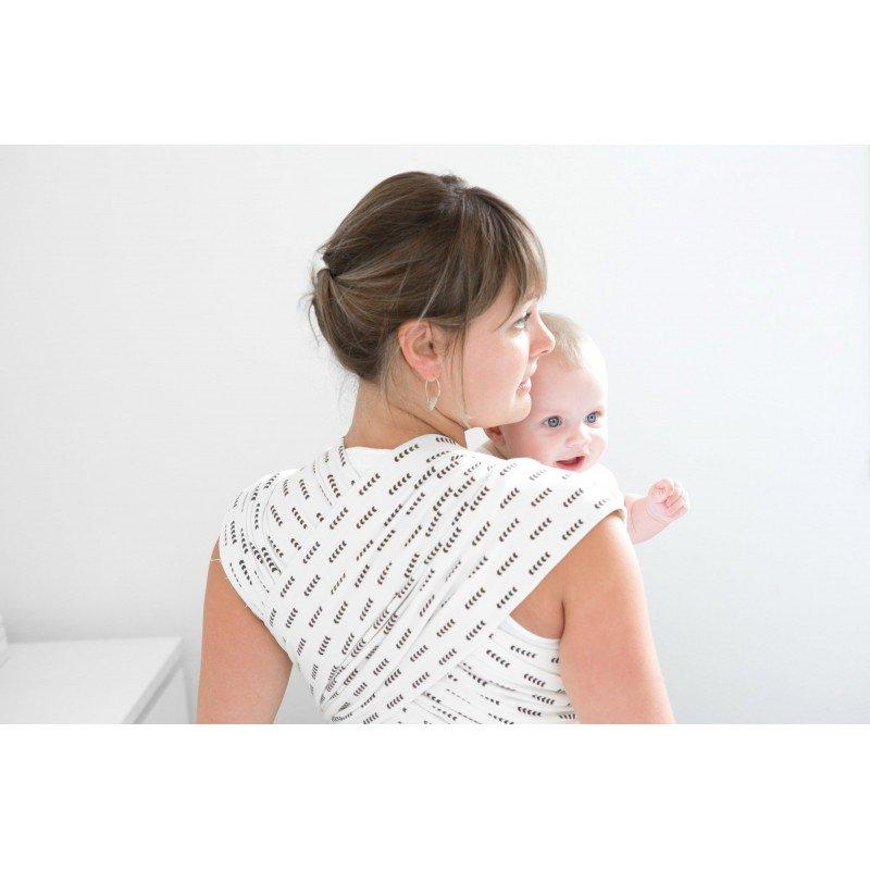 Maman portant son bébé dans un porte bébé Aztec de Studio Romeo vu de dos