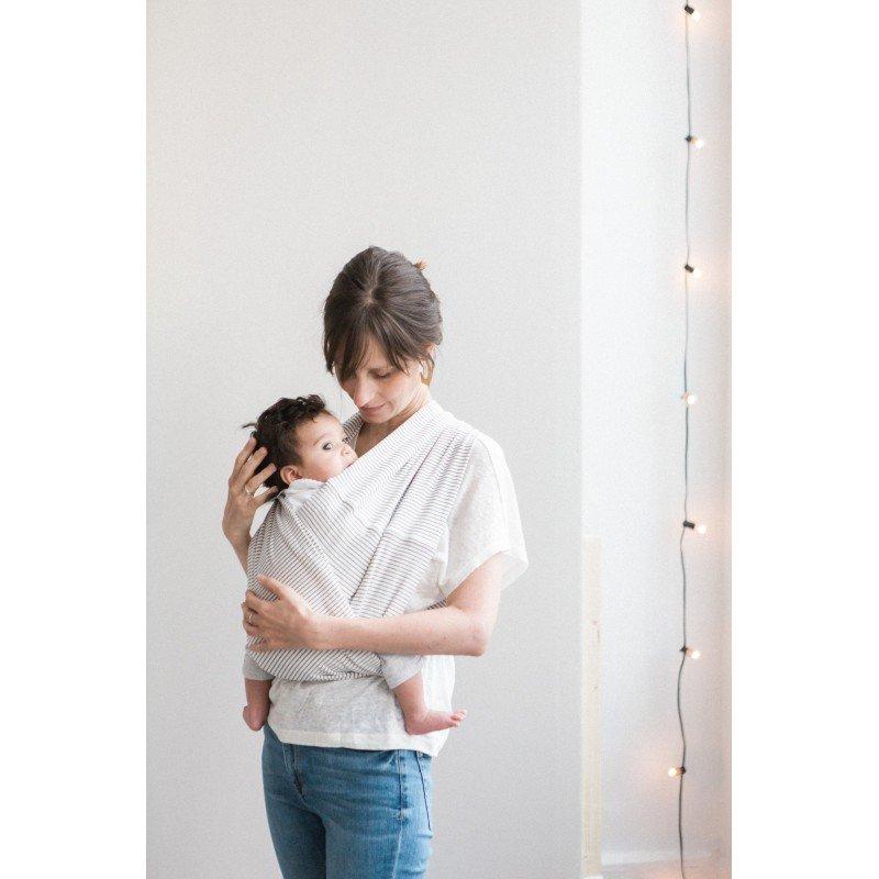 Enfant à califourchon dans le porte bébé Stripes de Studio Romeo