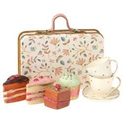 Mini valise en métal et ses gâteaux