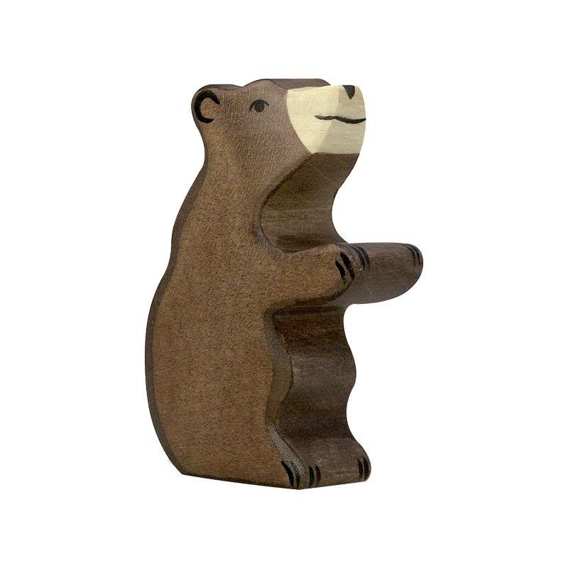Petit ours brun assis en bois