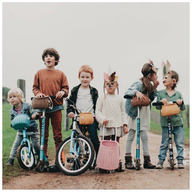 Enfants à vélo avec le panier à vélo en rotin
