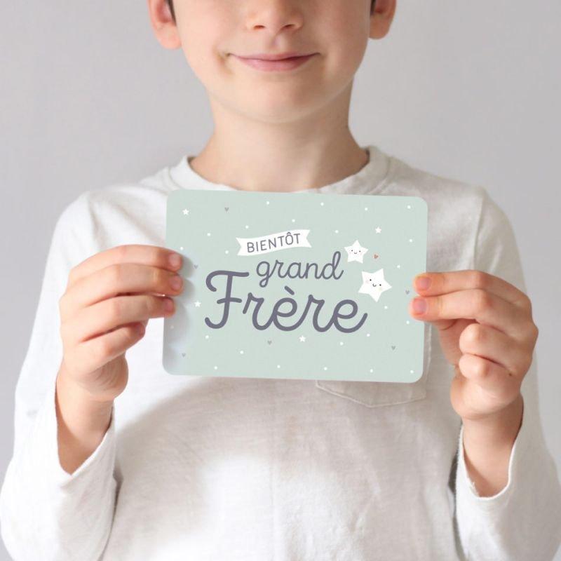 Carte grand frère par Zü dans les mains d'une enfant