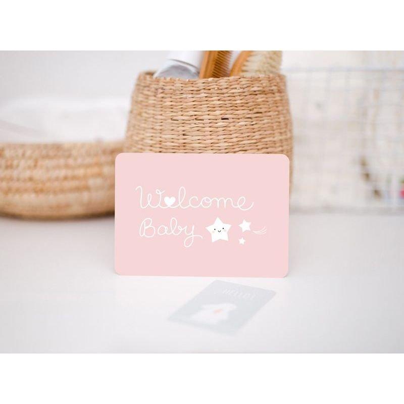 Carte Welcome baby   Rose par Zü sur un bureau