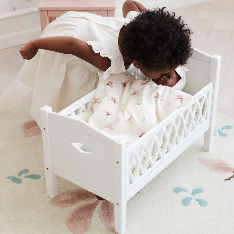Parure lit de poupée | Fleurs délicates Crème par CamCam Copenhagen avec un enfant