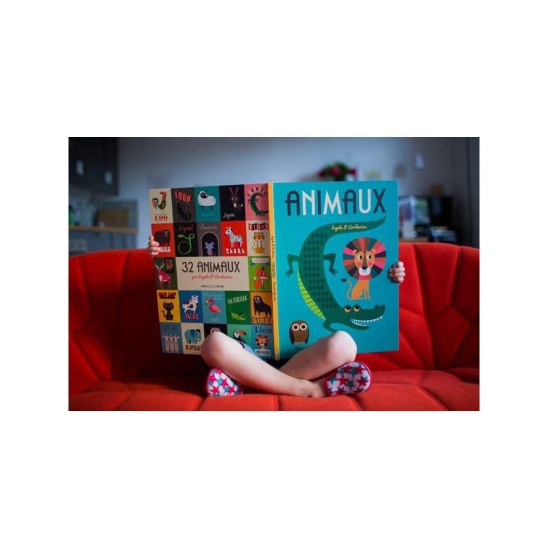 Livre géant   Animaux par Marcel et Joachim dans les mains d'un enfant