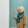 Foulard Diya   Vert Sapin par Bëllemme sur un enfant