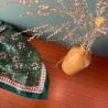 Foulard Diya   Vert Sapin par Bëllemme sur une table