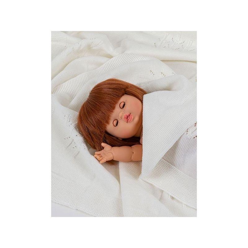 Poupée fille rousse Capucine aux yeux dormeurs par Paola Reina dans un lit