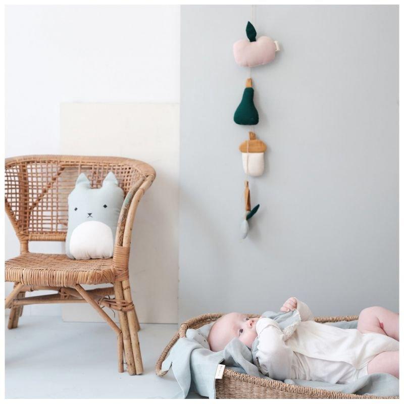 Hochet poire | Bleu par Fabelab en photo avec un bébé