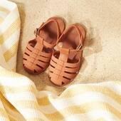 Retrouvez vos sandales de plage préférées en 7 coloris différents, du 19 au 30 sur le site little-cecile.com. Le modèle taille petit, prendre une taille au dessus de sa pointure habituelle. Hyper pratiques, avec leur fermeture par pression, souples et faciles à nettoyer, elles protègent les petits pieds des cailloux et laissent sur le sable de jolies empreintes en forme de panda 😊