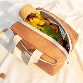 Coup de coeur pour le sac isotherme @nobodinoz, idéal pour un pique-nique au parc ou une pause déjeuner toute l'année. Conservez votre repas complet à température (chaud ou froid, au choix) à l'intérieur de votre sac isotherme. Sa doublure intérieure est également testée et certifiée pour être en contact direct avec les aliments. De quoi éviter des emballages inutiles 👌🏼#piquenique #repasenfant #sacrepas #repasnomade
