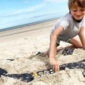 Les routes flexibles pratiques à utiliser en toutes situations : à la maison, dans le jardin, sur la plage ou dans la neige. Le cadeau idéal pour les mordus de petites voitures. #bonheuralaplage #routeflexible #jouetvoiture #jouerentoutescironstances