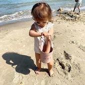 Petite puce a adoré la mer. Elle ne voulait plus en sortir, si ce n'est en en gardant un souvenir dans son beau seau @liewood_design 😍 #vacances2019 #vacancesalamer